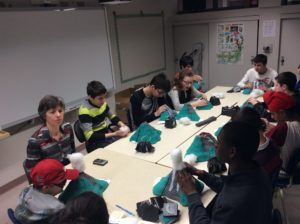 Groupe-classe manipulant le volcan