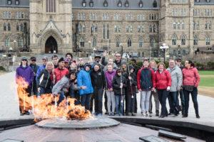 Les élèves devant le Parlement
