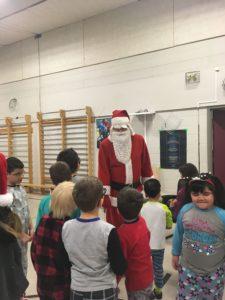Image du père Noël en compagnie d'élèves